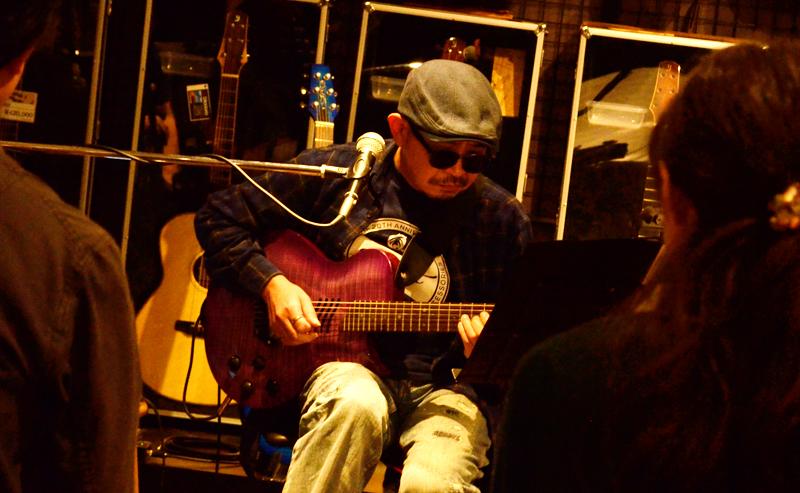 MD-SE01/N(ナイロン弦が張られたもの)を演奏する西村氏